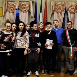 Costituzione donata ai giovani: «Abbiate fiducia nel futuro»