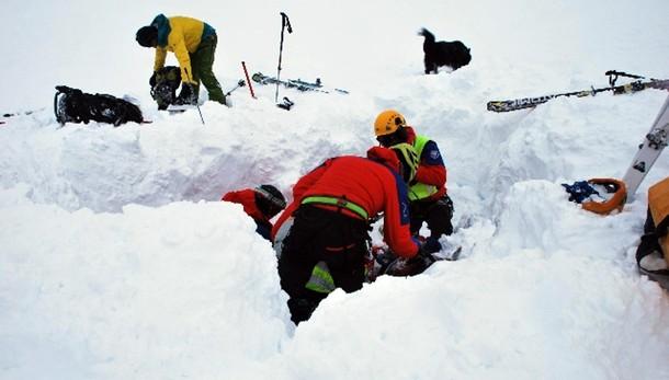 Morto sciatore travolto da valanga