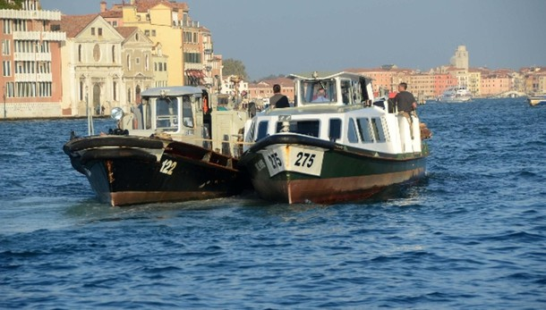 Venezia:scontro vaporetti, due contusi