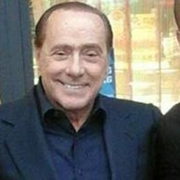Berlusconi arriva a Rogoredo  Un caffè, due foto e tante voci