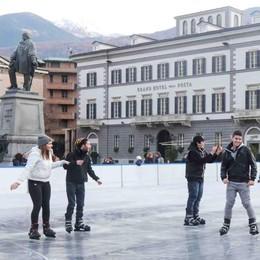 Divertimento sul ghiaccio e bancarelle in attesa del Natale