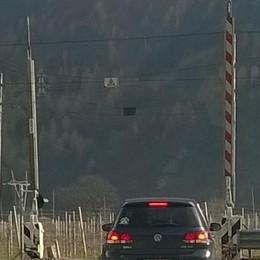 Auto incastrata nel passaggio a livello. Paura per una donna, ritardi per i treni
