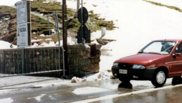 Prima neve in quota  Chiude il passo della Forcola