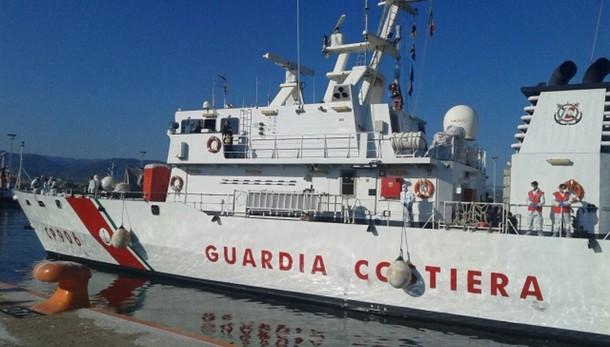 Nave con 371 migranti in porto Reggio C.