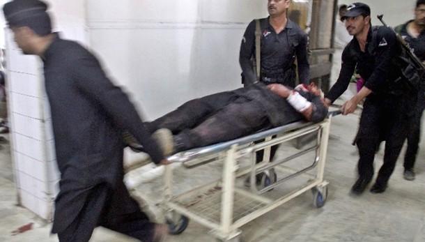 Pakistan: attacco kamikaze, 13 morti