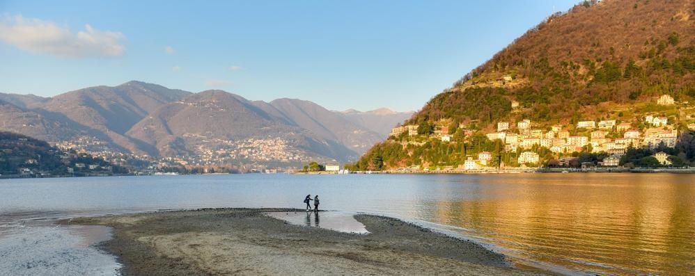 Como, lago in secca  Maxi spiaggia ai giardini