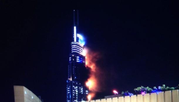 Dubai, grattacielo in fiamme a Capodanno