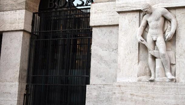 Borsa: Milano apre in calo con banche