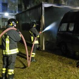 Tirano, rogo nella notte distrugge due ambulanze e un pullmino