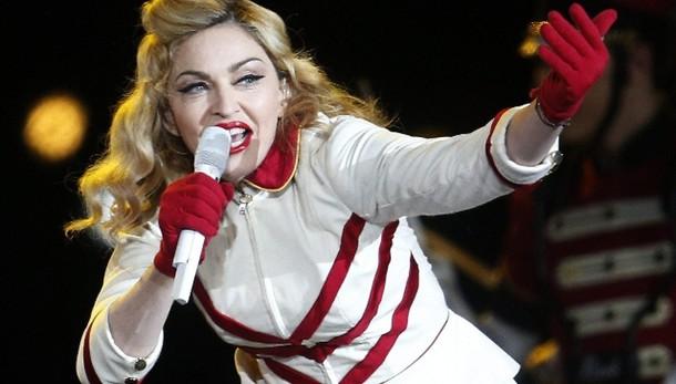 Madonna da Fazio, lui le regala vino