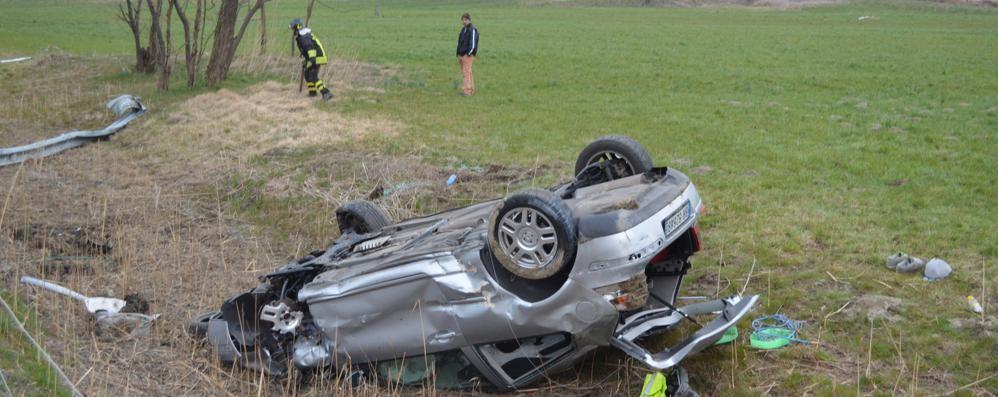 Incidente a Nuova Olonio, auto si ribalta nel prato