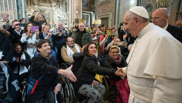 Papa: chiese siano luoghi misericordia