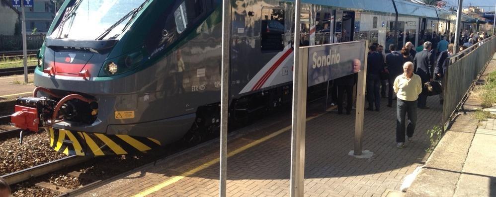 """Il nuovo treno nel mirino dei vandali: """"Coradia"""" imbrattato con scritte spray"""