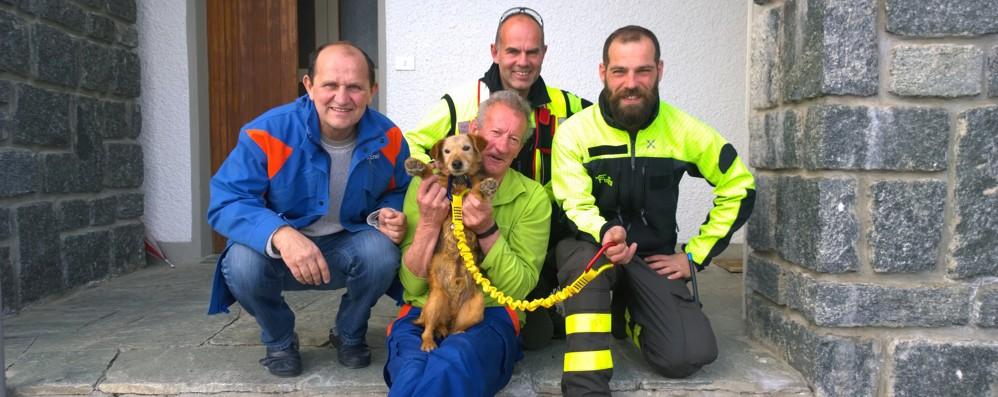 Lanzada, sei ore di lavoro  per salvare il cane sul fondo della diga
