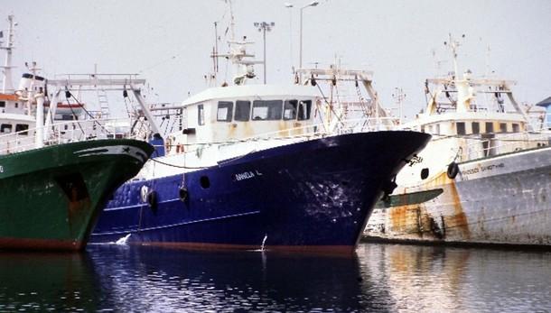 Libici sequestrano peschereccio italiano