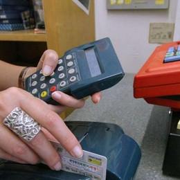 Il patrigno è in ospedale: gli svuota il conto in banca