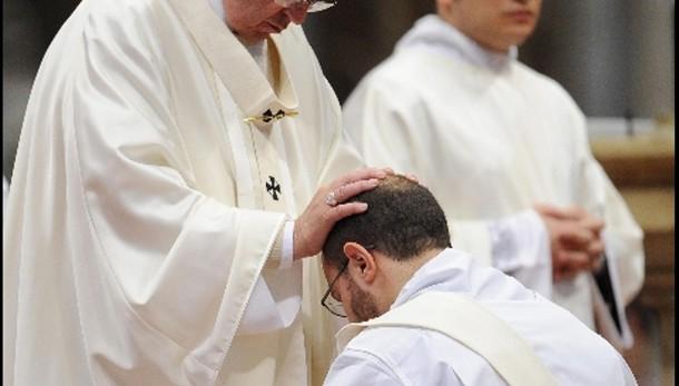 Papa a preti, mai rifiutare il battesimo