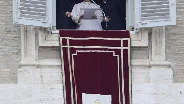 Papa: con lui due preti al Regina Caeli