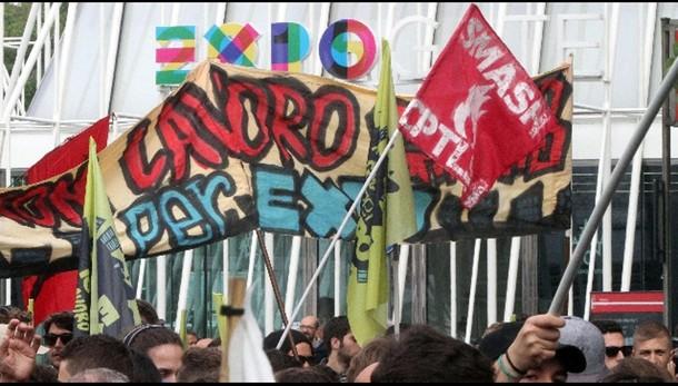 Manifestanti salgono su Expo Gate