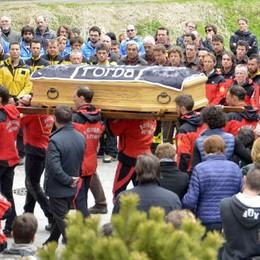 Valfurva, grande partecipazione al funerale di Luca Dei Cas