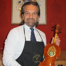 Violino valtellinese in dono al re della Thailandia