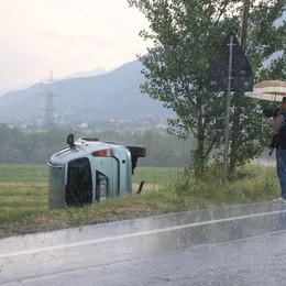 Albosaggia, un'auto esce di strada. A Torre Santa Maria cadono massi