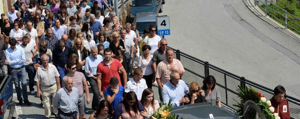 Una folla per l'ultimo saluto a Stefano