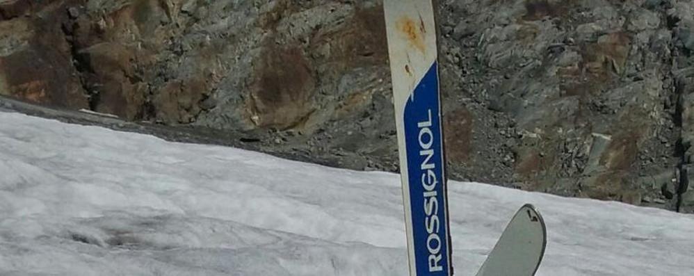 """Dal ghiacciaio """"ridotto"""" affiorano resti e sci"""