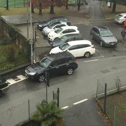 Chiavenna, troppe le auto davanti a scuola: fioccano le proteste
