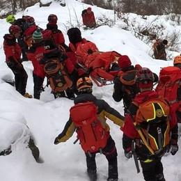 Cade sul ghiaccio in escursione. Donna infortunata all'Angeloga