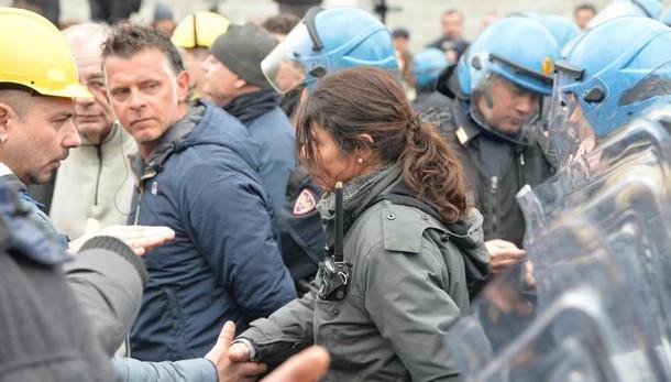 Proteste Ilva, agente si toglie casco