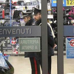 Involucro sospetto, evacuato negozio. Artificieri da Milano: falso allarme