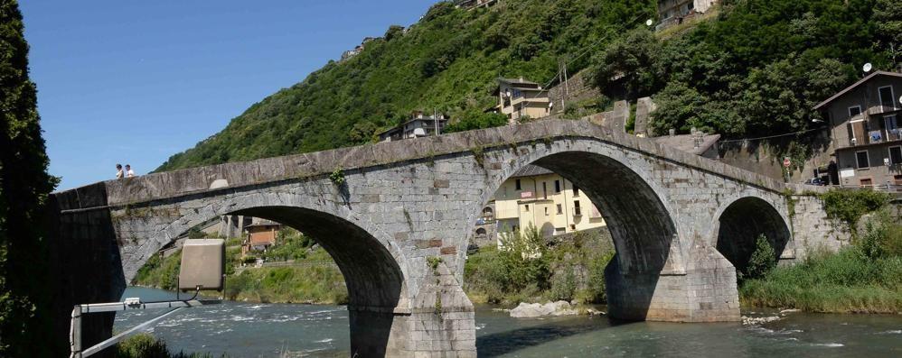 I residenti ora si mobilitano: «Riaprite il ponte di Ganda»
