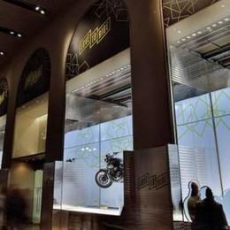 Le moto che galleggiano  in vetrina alla Rinascente  Opera di tre morbegnesi