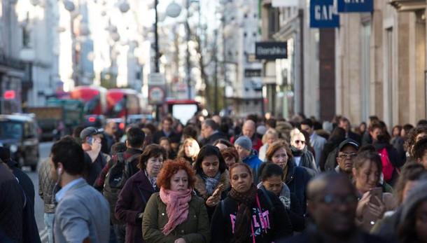 Stabile fiducia consumatori, giù imprese