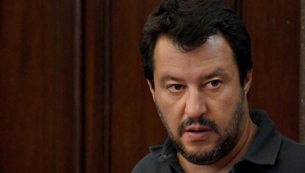 Salvini, crolli scuole? Renzi prono a Ue