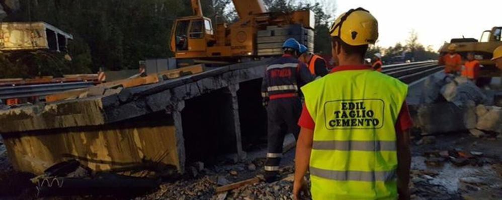 Il ponte demolito da un'azienda sondriese