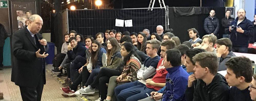 Il vescovo ai ragazzi di Sondrio: «Imparate a farvi delle domande serie»
