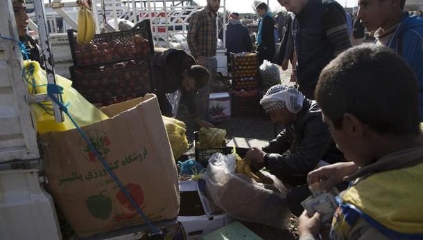 Iraq: distribuzione aiuti a Mosul, caos