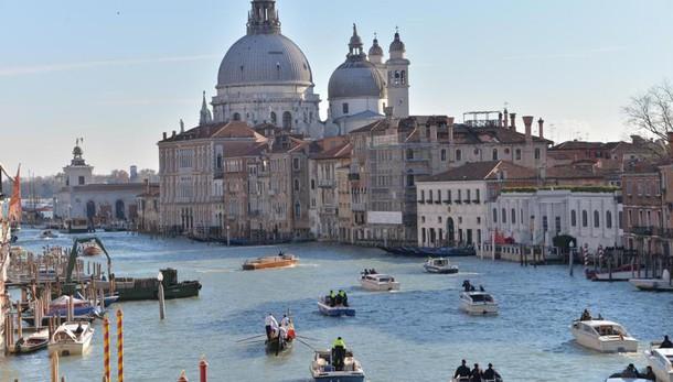 Venezia: tuffo con surf da Ponte Scalzi