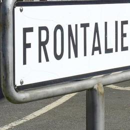 La crisi spinge oltre il confine svizzero  Sempre più frontalieri nei Grigioni