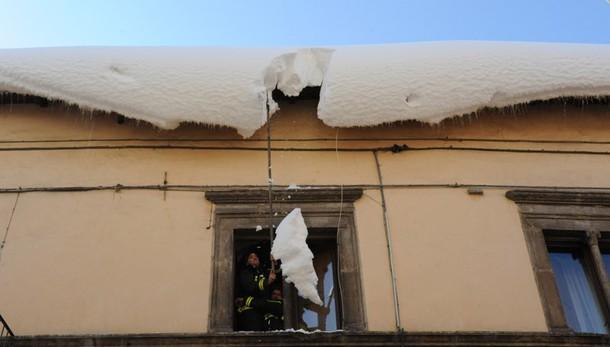 Si stacca neve da tetto, morta donna
