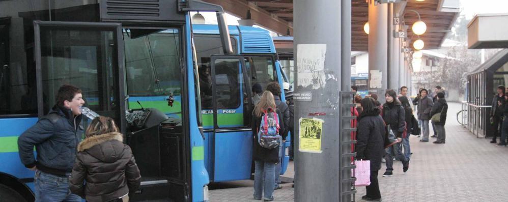 Trasporto pubblico tagliato su studenti e lavoratori