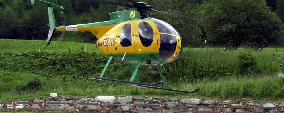 Madesimo, la piazzola è occupata  L'elicottero dell'Areu atterra in un campo
