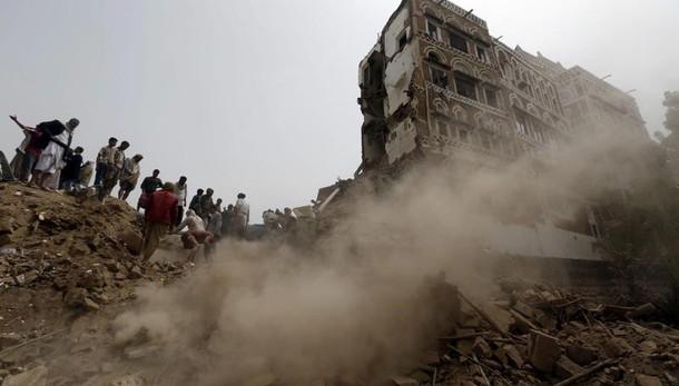 Yemen, raid saudita su mercato, 65 morti