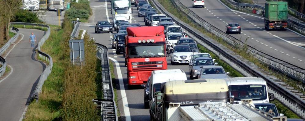 Tir esce di strada Super chiusa verso Lecco