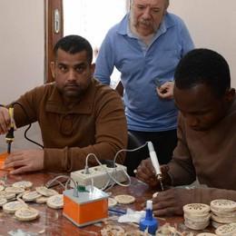 Migranti al lavoro. Al Bellevue si creano i gadget della Lilt