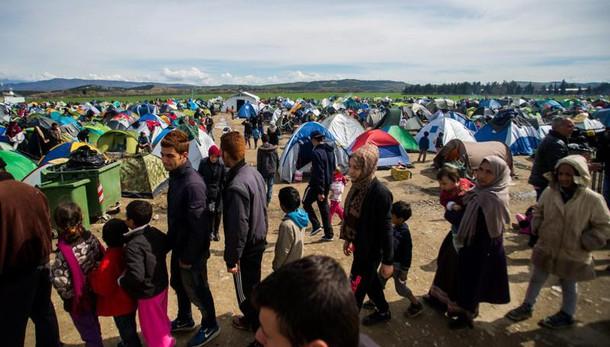 Migranti: Macedonia chiude confini
