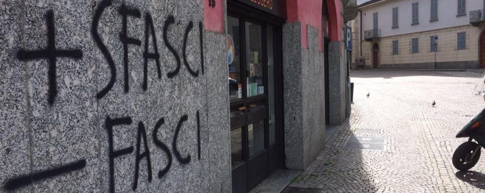 Morbegno, vandali in azione sui muri del centro