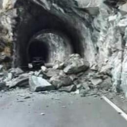 Parete ancora pericolosa: la strada rimane chiusa